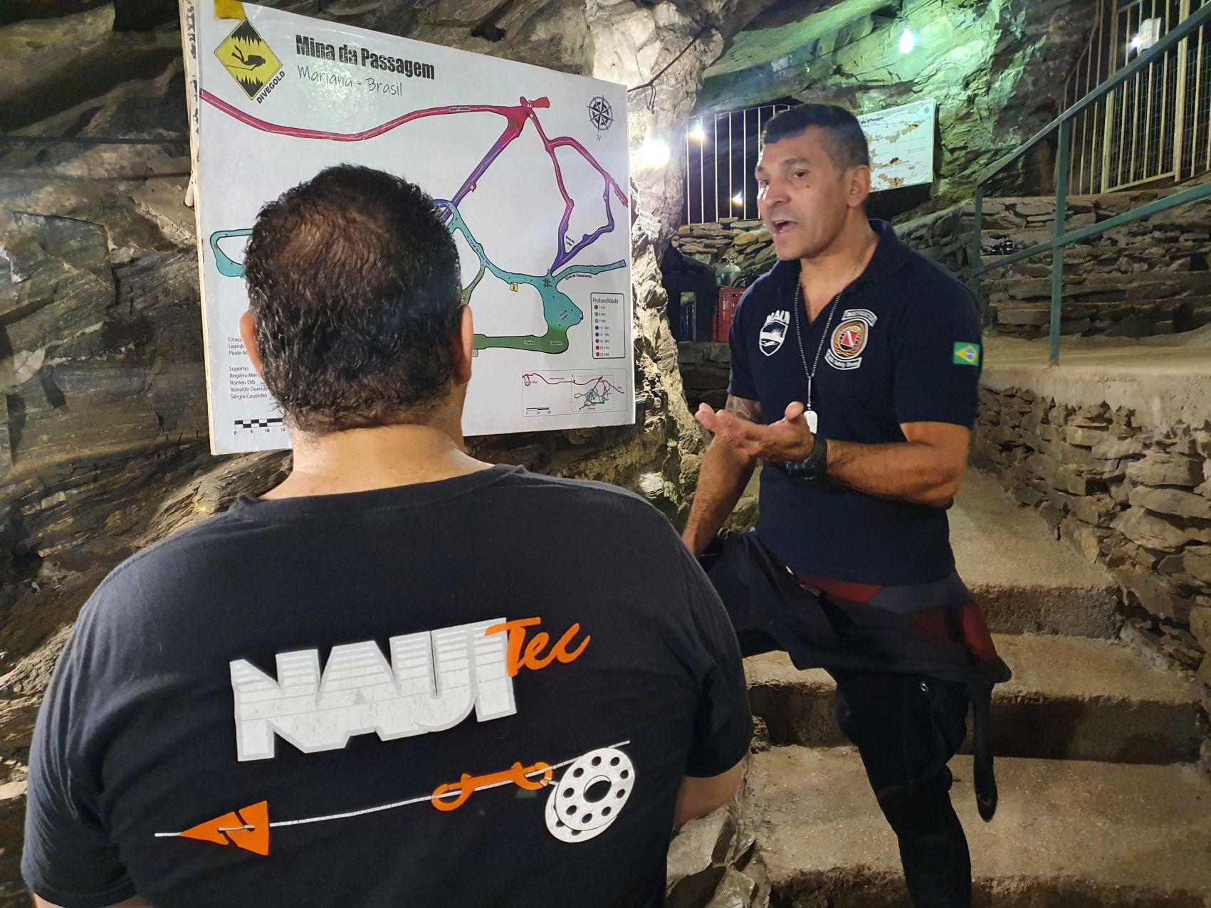 A Mina da Passagem, conta com membros NAUI para a operação de mergulho em ambiente de teto...